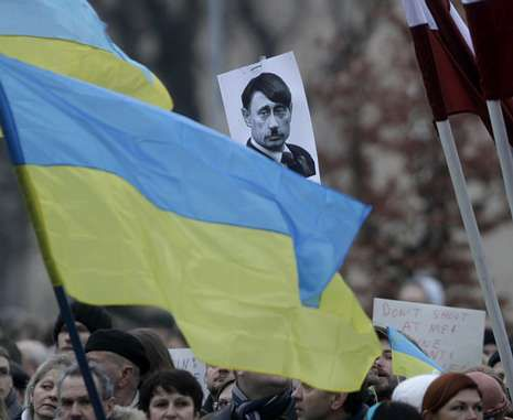 Milicias prorrusas toman una base de Crimea.Las comparaciones de Putin con Hitler se repitieron en las protestas contra la invasión en Europa.
