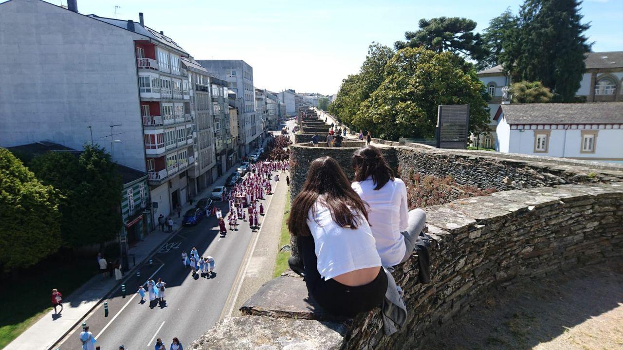 El adarve de la Muralla es un buen lugar para ver desfiles, pero encima de las piedrasl, con riesgo de caída de más de varios metros de altura, no es lo más aconsejable