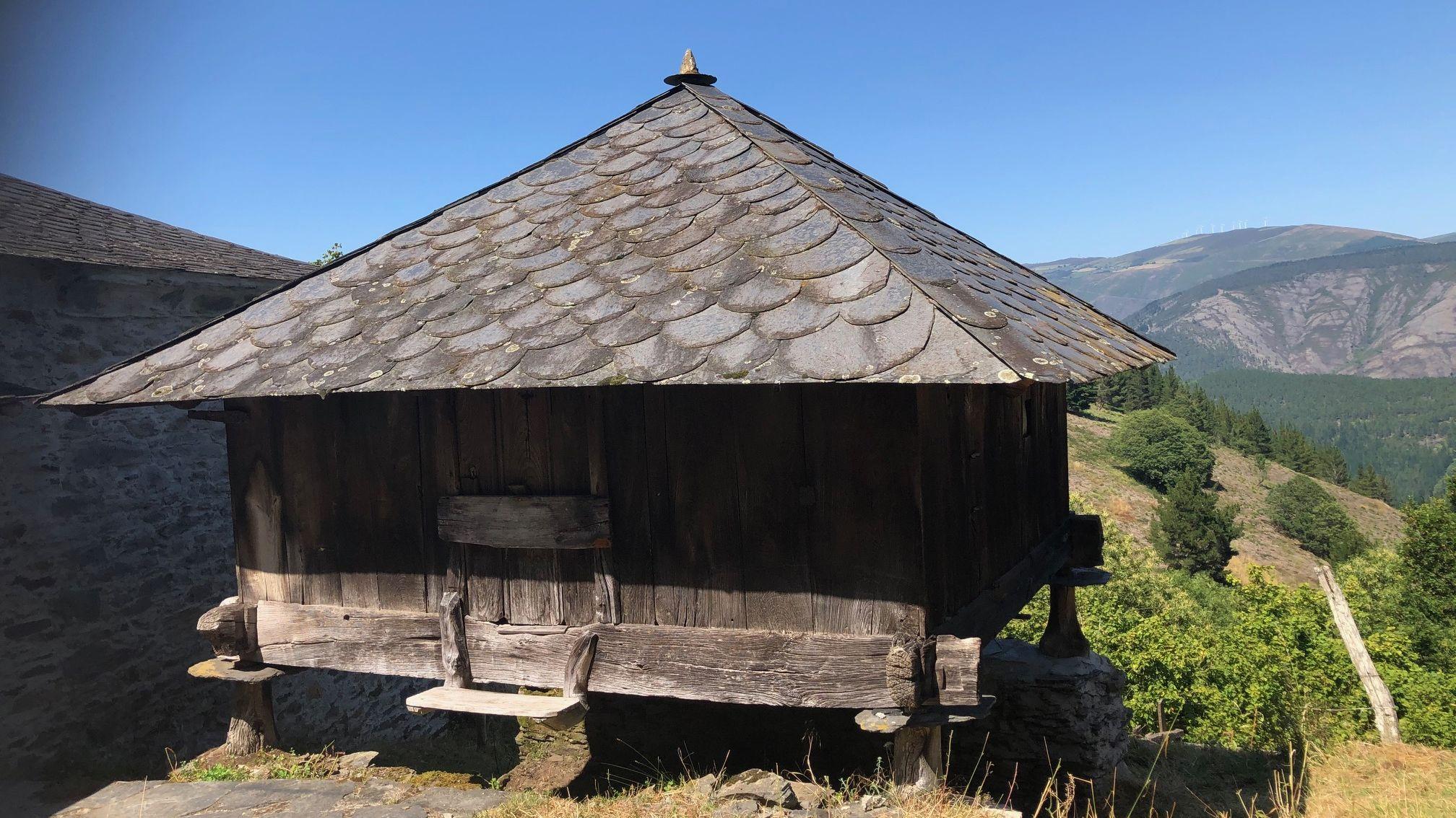 La aldea también cuenta con un hórreo