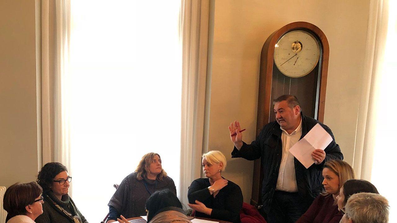 pp asturias.El coordinador de IU, Ramón Argüelles en un encuentro de la formación con trabajadores del HUCA
