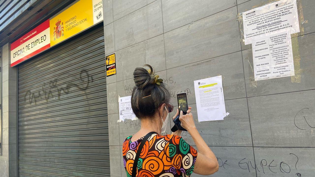 Una trabajadora, a su paso por la verja de Gibraltar
