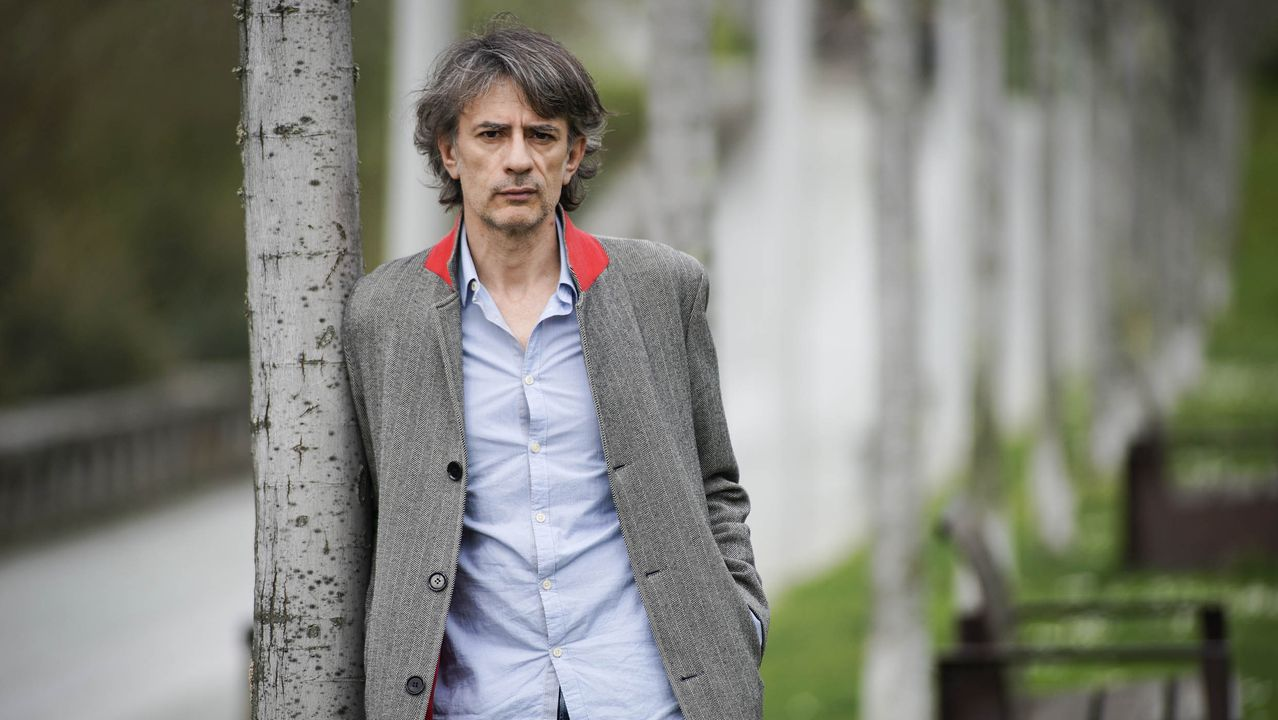 El escritor ourensano Juan Tallón (Vilardevós, 1975) estrena su fichaje por el sello Anagrama con su novela «Rewind»