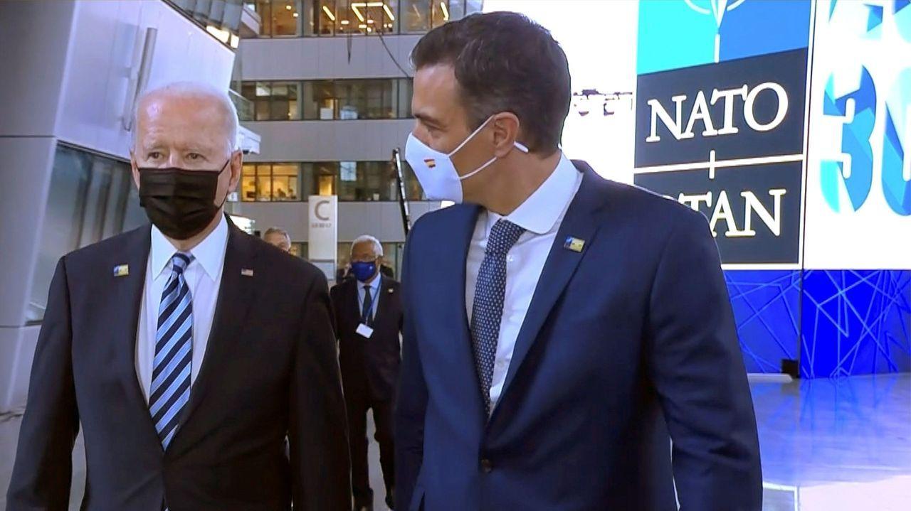 Interrumpida de urgencia la rueda de prensa de Pedro Sánchez en Lituania por una amenaza de las fuerzas rusas.Biden y Sánchez durante el breve paseo el pasado mes en la cumbre de la OTAN en Bruselas