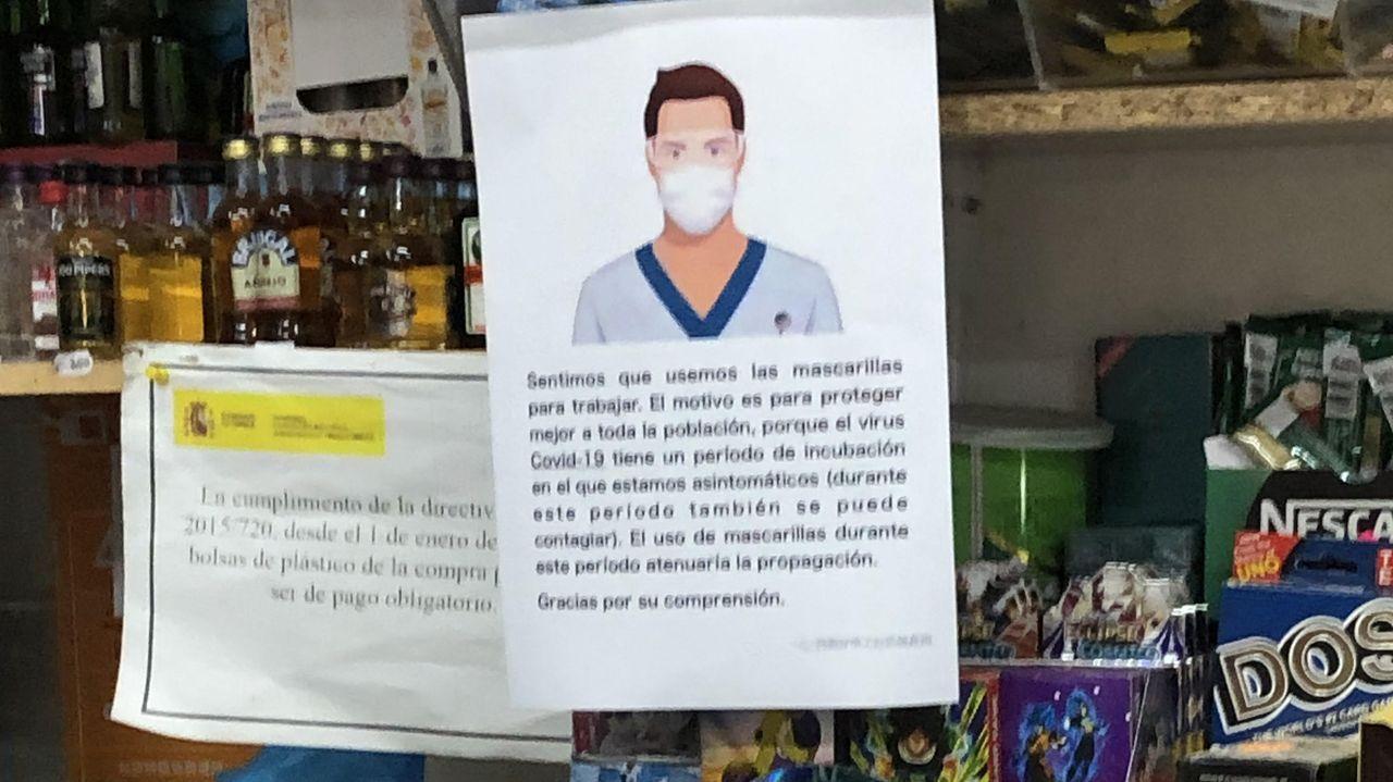 En el supermercado chino los trabajadores colgaban este cartel, a través del cual pedían disulpas por trabajar con mascarillas