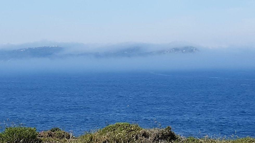 Niebla en la ría de Pontevedra.Sauro Martinez, patrón del barco, junto a su tripulación