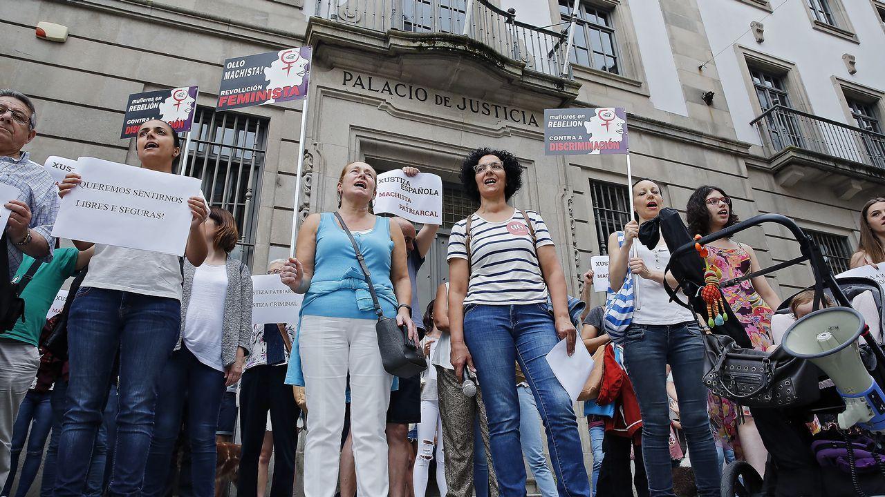 La Manada, ese grupo que nunca ha pasado desapercibido.Concentración en Pontevedra en contra de la libertad provisional para los miembros de La Manada