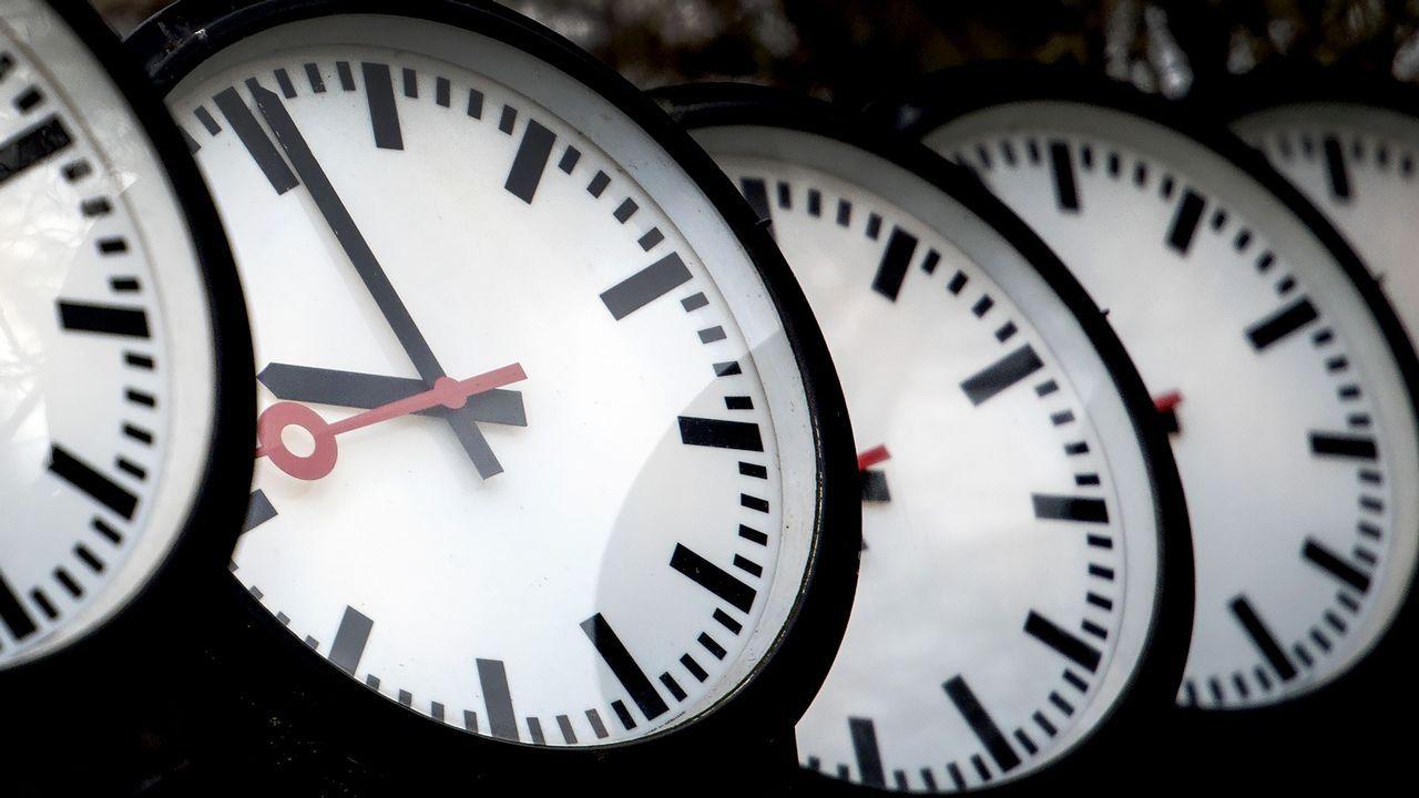 Con estos trucos cambiar los relojes de hora no te quita tiempo.Avión de Vueling despegando de la pista de Alvedro