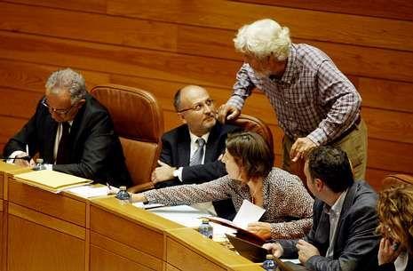 Inauguración de la comisaría de Vigo.Beiras dialoga con el diputado socialista Abel Losada, ayer en la Parlamento de Galicia.