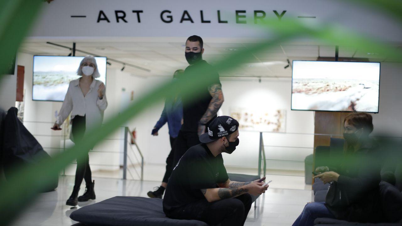 La entrada a la galería de arte está precedida de una de las áreas de sofás con las que cuenta el espacio