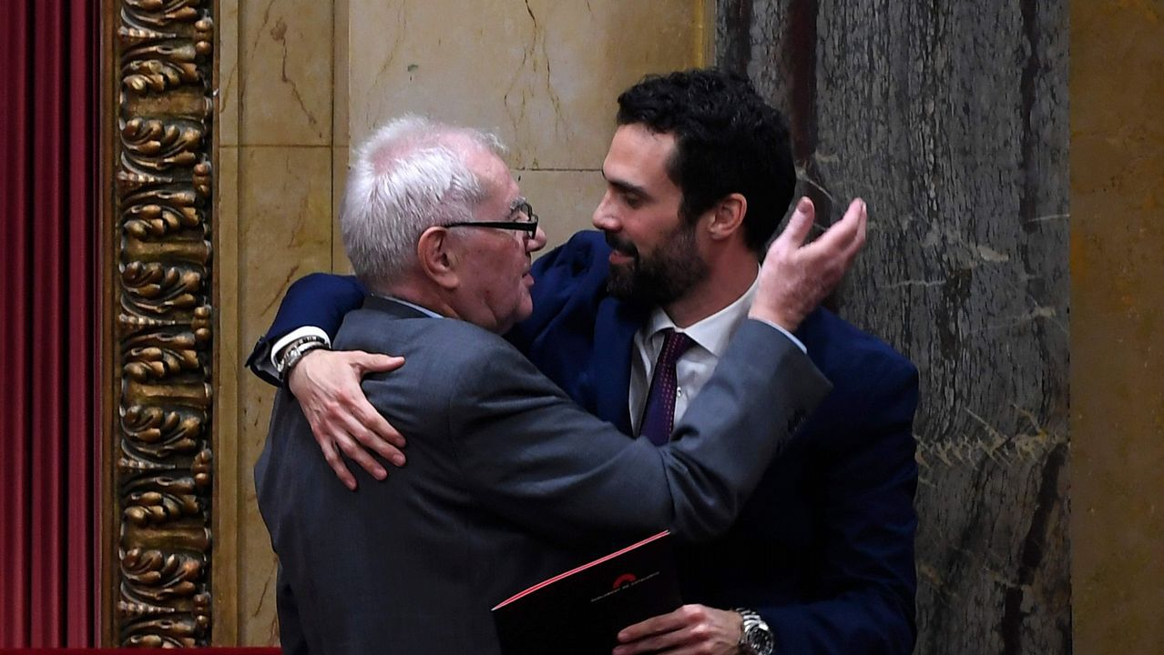 Ernest Maragall se abraza a Roger Torrent tras la elección del segundo como presidente del Parlament