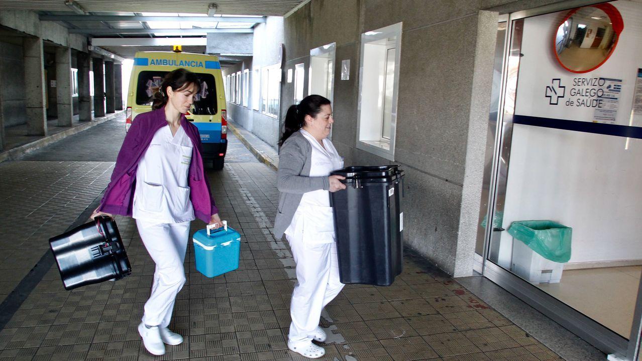 La unidad que cada día recoge muestras. Las sanitarias Lara Aguiar Martínez (con chaqueta violeta) y Aida Felgar Santalla son miembros del equipo que recoge cada jornada muestras por COVID-19 en las casas de los posibles afectados. En la imagen, ayer, a su llegada al Marcide.