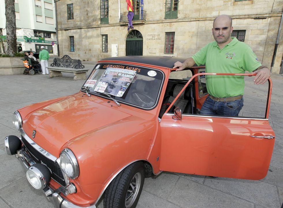 Marcos Contiñas, el presidente del Club Clásicos Salnés, con uno de sus tres vehículos.