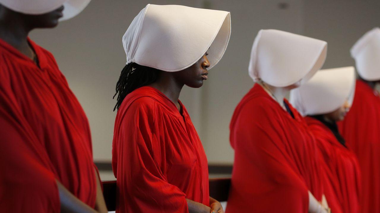 Varias manifestantes vestidas con trajes inspirados en «El cuento de la criada» se reúnen fuera de la audiencia de confirmación del Comité Judicial del Senado de EE. UU. sobre la nominación del juez de circuito Brett Kavanaugh como juez asociado de la Corte Suprema del país