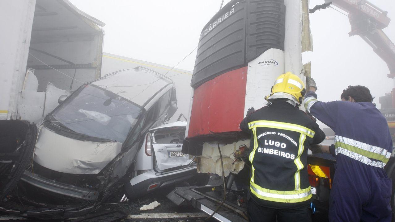LA TRAGEDIA PUDO SER MAYOR. El 26 de julio del 2014, en un día de espesa niebla en O Fiouco, se produjo el gran accidente. Fue una colisión de 35 coches que fueron estrellándose uno contra otro. Se vieron implicados turismos, camiones y furgonetas. Murió una mujer, pero la tragedia pudo ser mucho peor