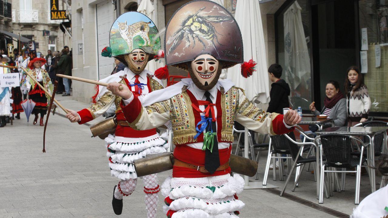 Peliqueiros en el desfile que abrió el Carnaval en la Ribeira Sacra
