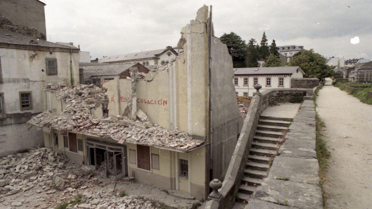 La demolición se llevó a cabo con rapidez y el edificio pronto quedó reducido a restos
