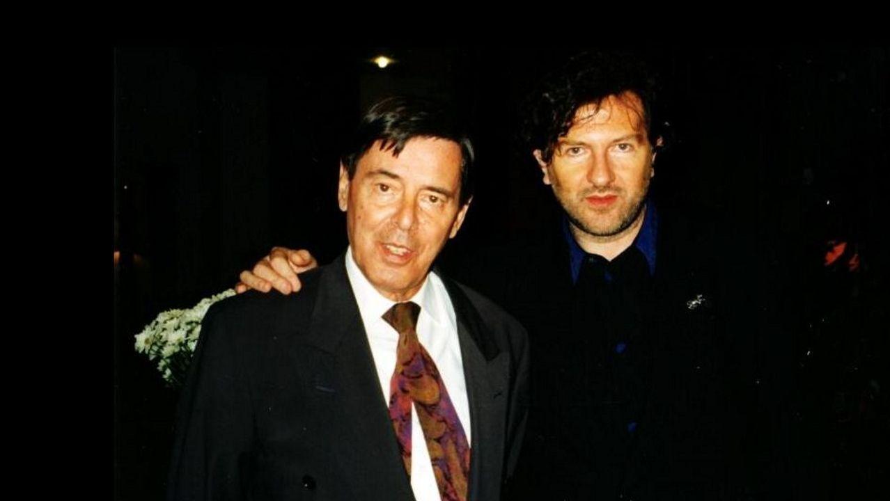 Valente, á esquerda, co director da cátedra do escritor, Claudio Rodríguez Fer