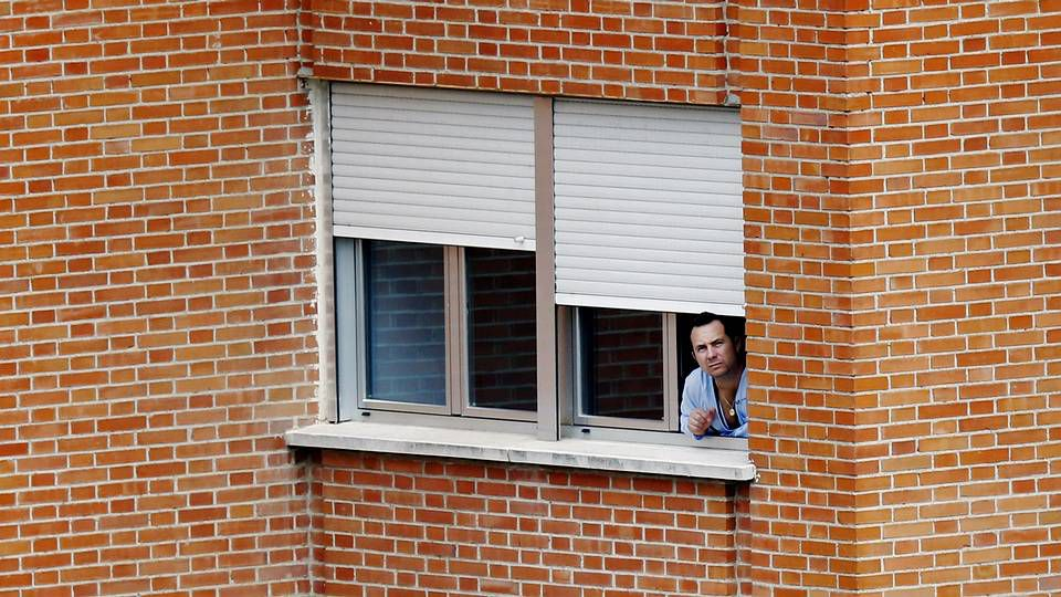 Solidaridad con Teresa Romero.Javier Limón, marido de Teresa Romero, en la ventana de la habitación del hospital donde está ingresado