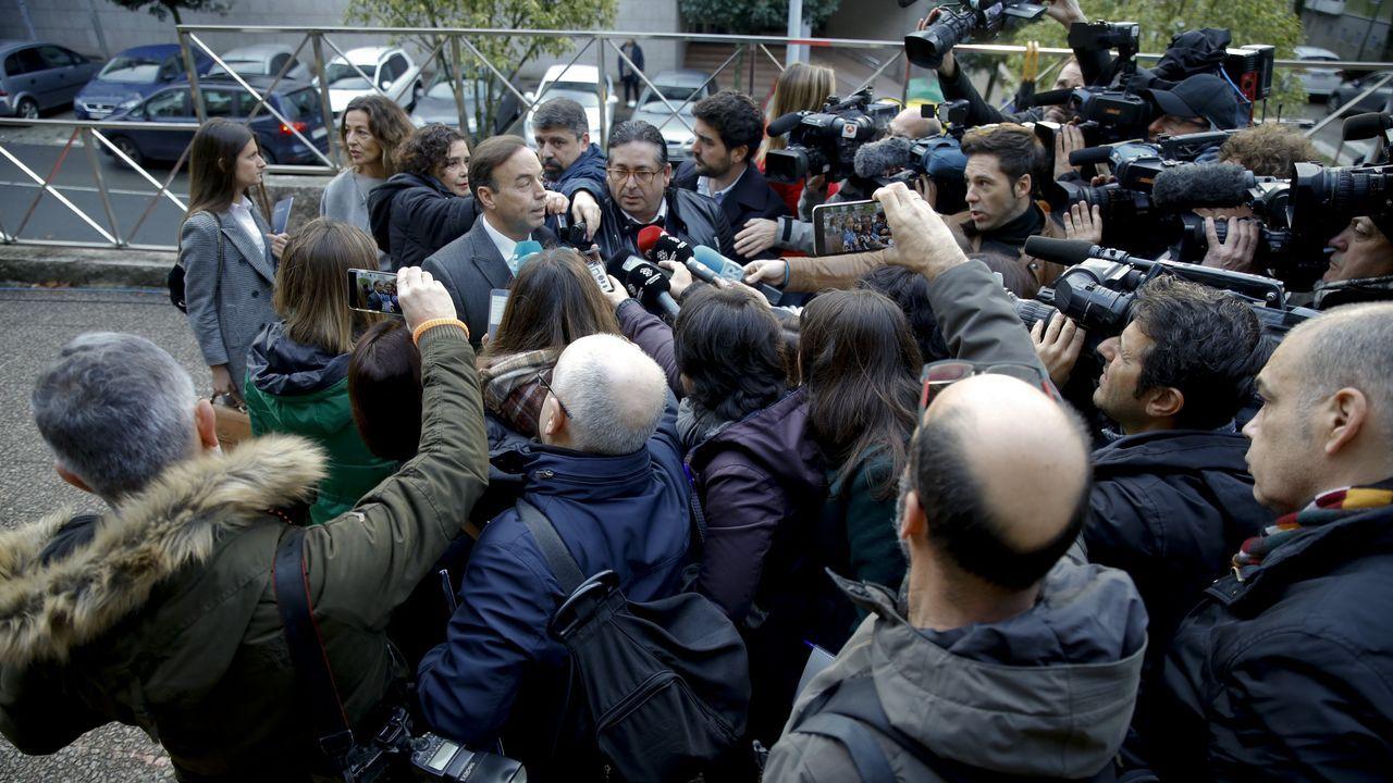 Numerosos medios de comunicación cubren el juicio. En la imagen, se agolpan ante la llegada a sede judicial del abogado de los padres de Diana Quer, Ricardo Pérez Lama