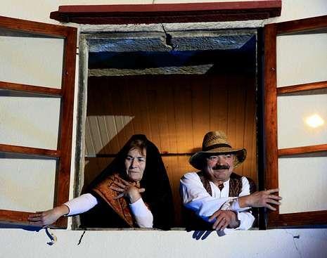 María de Fontes y José de Campelo recibieron la visita de los miembros de la asociación Arume y sus Cantos de Reis.