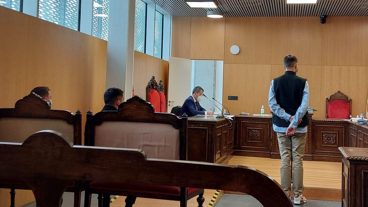 Un grupo de ciudadanos esperó a Jácome a las puertas del Auditorio con pancartas en favor de la Universidad Popular de Ourense
