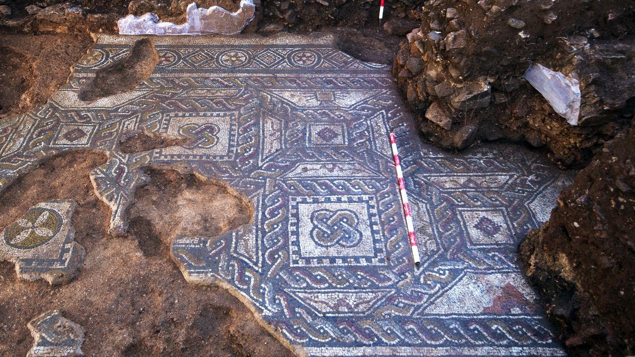 Parte del mosaico recuperado en la casa romana de La Estaca donde se observa el tamaño comparado con un jalón rojo y blanco de un metro