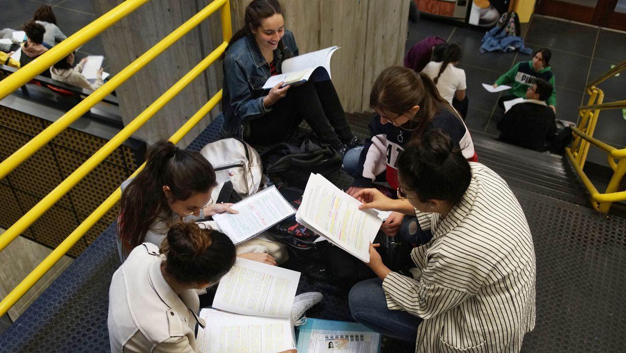 Todas las imágenes de la selectividad en Galicia.El tribunal exigió que los alumnos se quitasen el reloj. De cualquier tipo