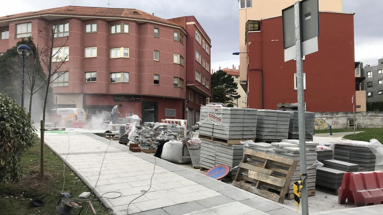 LA ÚLTIMA VÍCTIMA Una sábana tapa el cuerpo de la mujer que murió el domingo por la tarde en un accidente de moto en Catoira. Iba de pasajera en una moto que fue  a estrellarse contra una estructura de madera en el lado izquierdo de la carretera. Es la última víctima de un accidente de moto en Galicia.