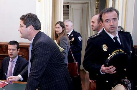 El alcalde, Ángel Currás, saluda a los nuevos mandos de la Policía Local.