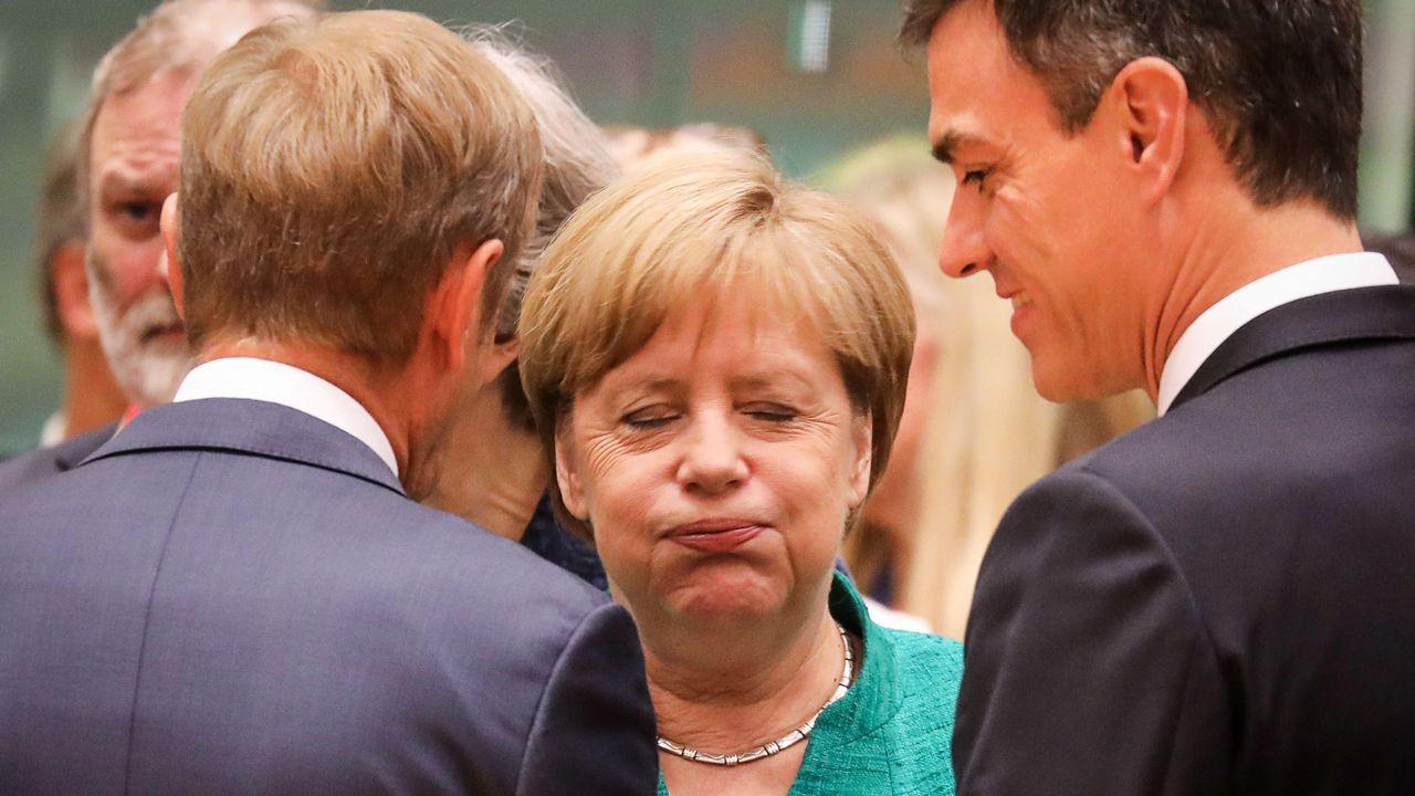 Turbulento aniversario del 1-O.Fotografía cedida por la presidencia del Gobierno con Merkel, Sánchez y Tsipras