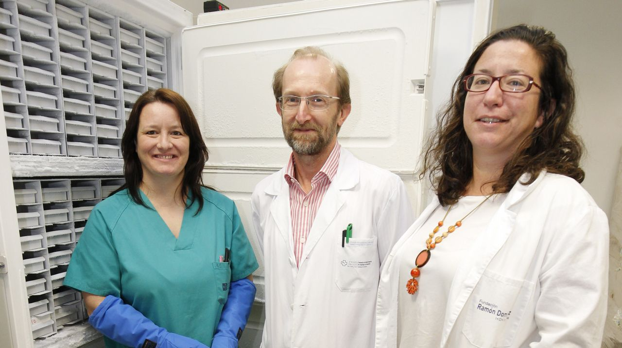 Paula Vieiro, Máximo Fraga y Lydia Fraga, del biobanco del CHUS