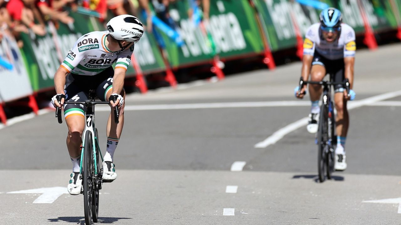 El ciclista irlandés del equipo Bora, Sam Bennett (i), se ha proclamado el vencedor de la decimocuarta etapa de la 74 Vuelta a España 2019, con salida en la localidad cántabra de San Vicente de la Barquera y meta en Oviedo, con un recorrido de 188 kilómetros.