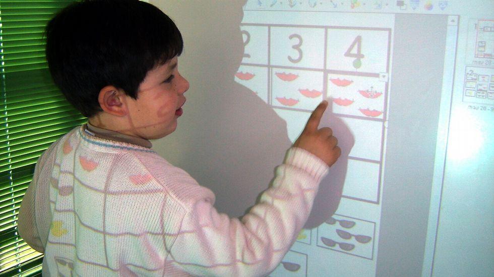 O acceso ás tecnoloxías da información e comunicación pode enfocarse como unha oportunidade para educar