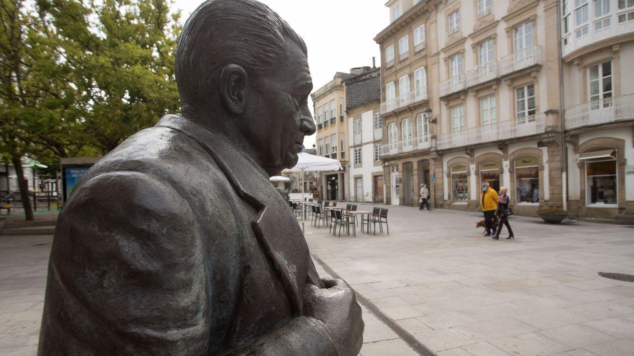El pregón de San Froilán en imágenes.Estatua de Ánxel Fole, coa praza do Campo Castelo ao fondo