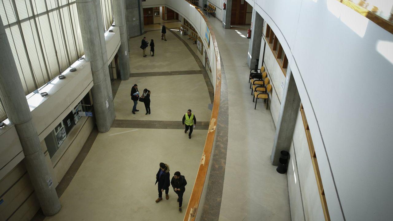 Las escaleras que dan acceso al paso inferior bajo la SC-20.El edificio principal de los juzgados de Santiago, en una imagen de archivo