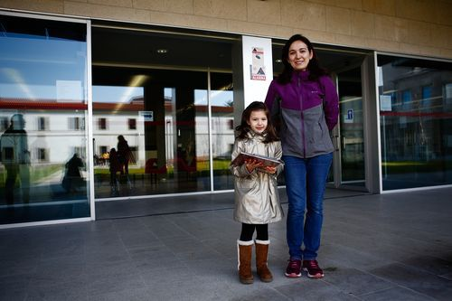 Biblioteca Pública de Ourense.Mónica Cachaldora e Iria Fariña en la entrada del edificio.