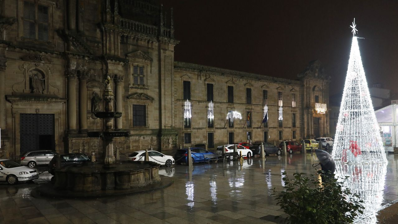 NAVIDAD EN CELANOVA.Árboles y farolas, además de los arcos de luces, están decorados en las calles de Celanova. A pesar de la lluvia, las luces de Navidad iluminan la vila de san Rosendo