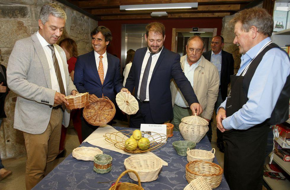 Antes da inauguración do seminario as autoridades puideron ver o traballo dos cesteiros.