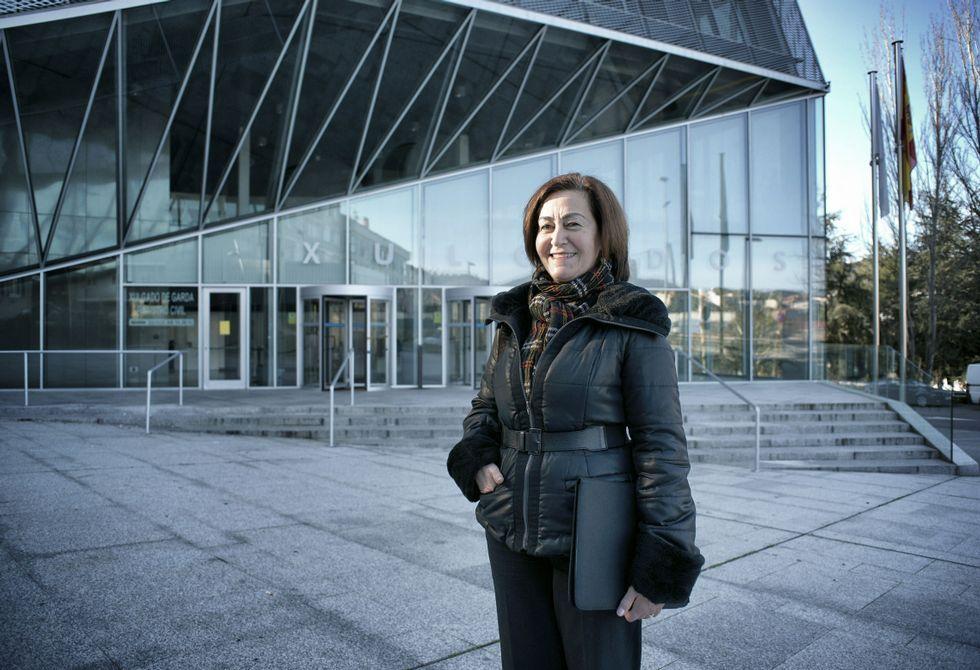 Ángeles Ferreira, en la entrada al edificio judicial de O Couto, un lugar de visita casi diaria.