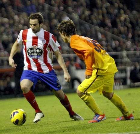Pablo Álvarez, con el balón ante un jugador del Barcelona B.
