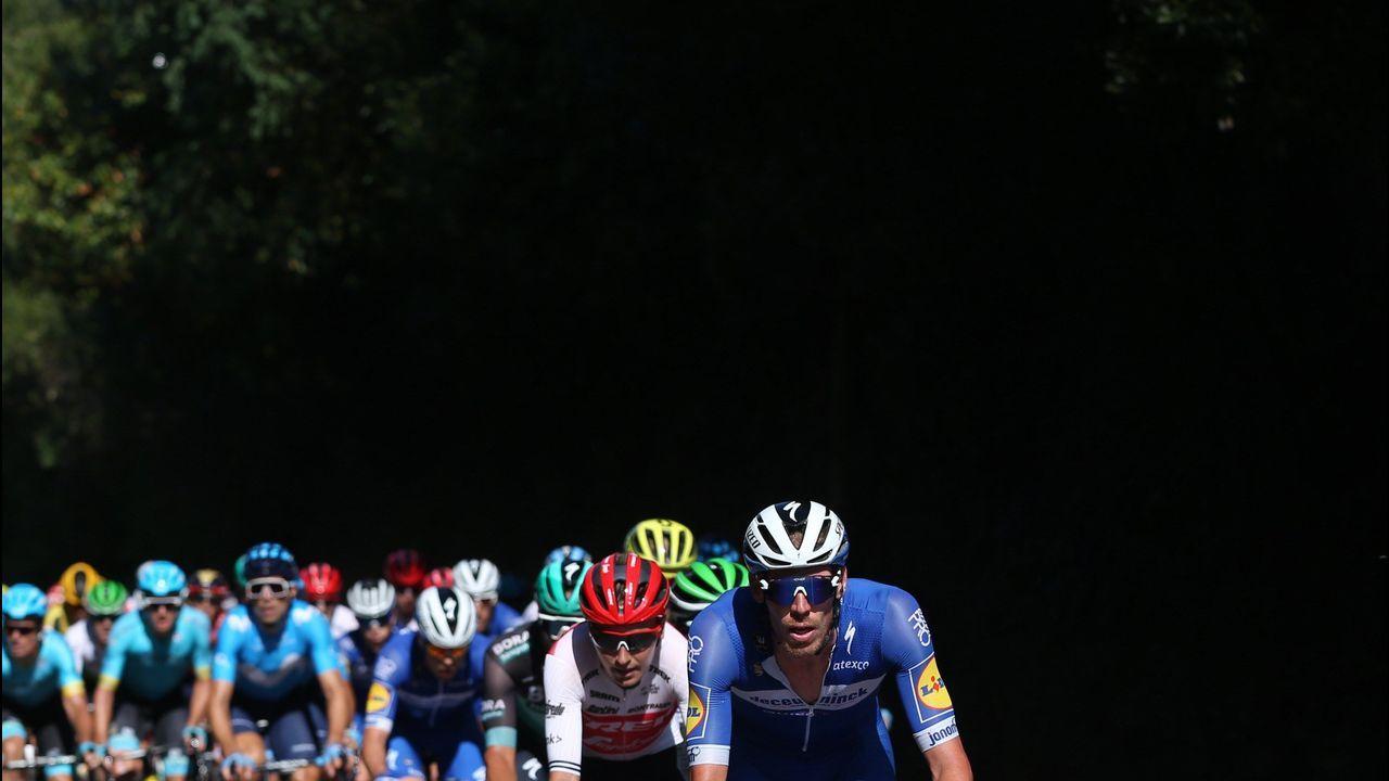 El pelotón ciclista durante la decimocuarta etapa de la 74 Vuelta a España 2019, con salida en la localidad cántabra de San Vicente de la Barquera y meta en Oviedo, con un recorrido de 188 kilómetros