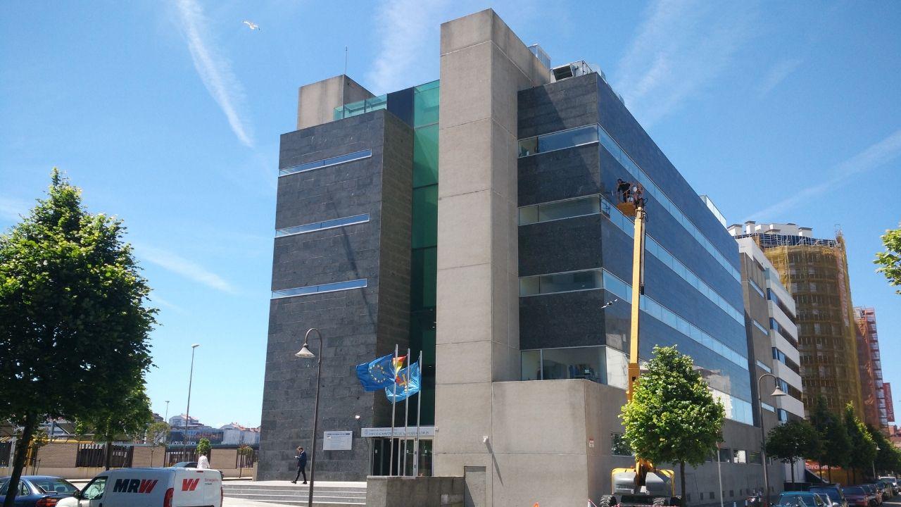 Carril de tren de Arcelor, en Veriña.Los antiguos juzgados de la avenida de Juan Carlos I, que ahora alberga la oficina de empleo y otros servicios autonómicos