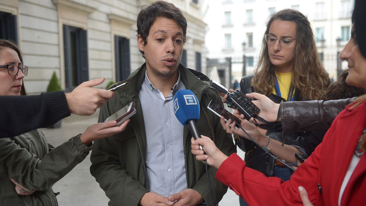 Segundo González (Podemos).La nieve dificulta el tráfico en la autopista del Huerna