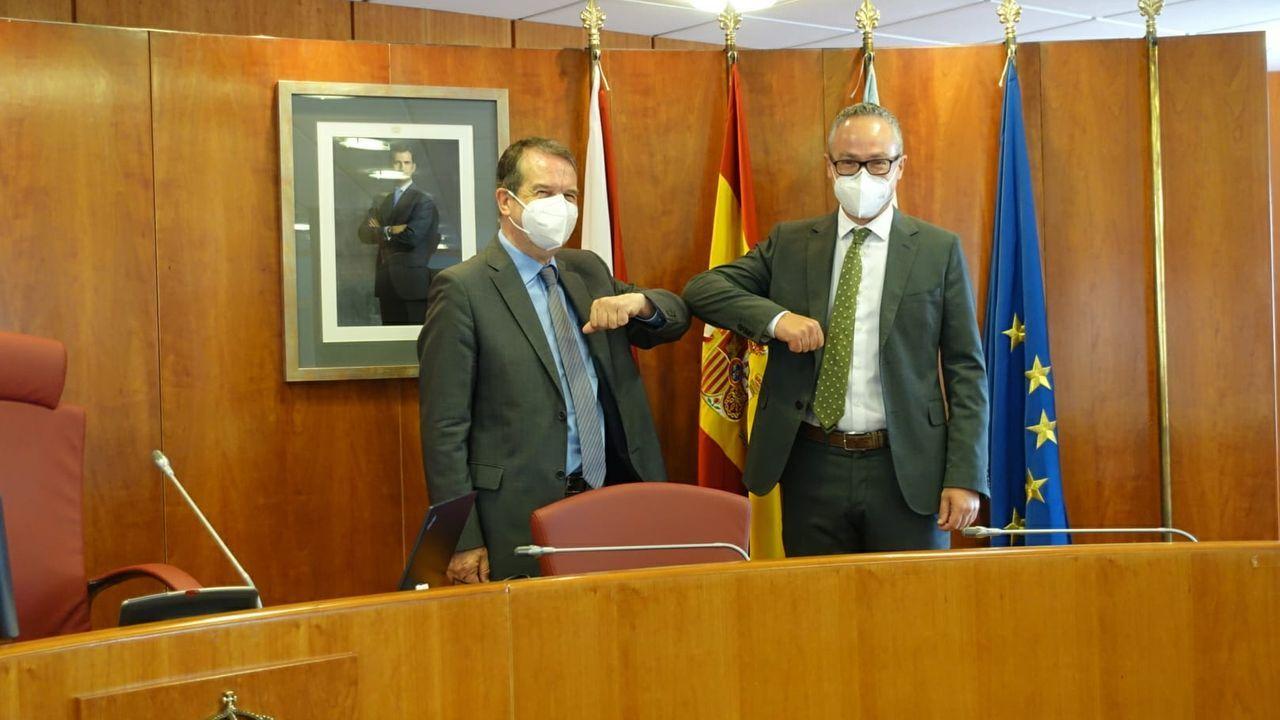 El alcalde de Vigo, Abel Caballero, y el nuevo concejal Pablo Estévez, durante su toma de posesión