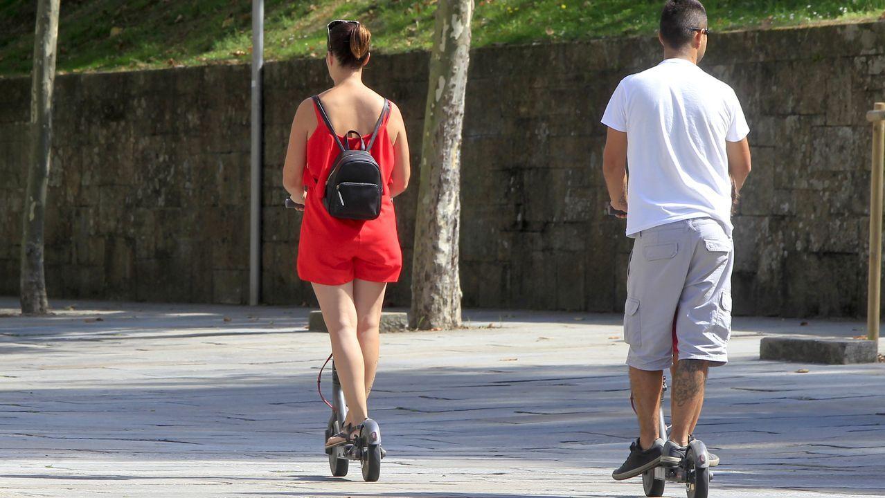 Patinetes eléctricos circulando por una zona peatonal de Santiago este verano