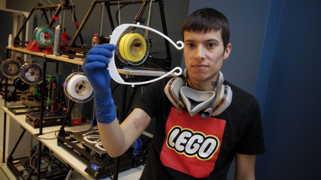 La empresa Makergal fabrica diademas para pantallas faciales con impresoras 3D.Dositeo Rodríguez en una imagen del año 2013