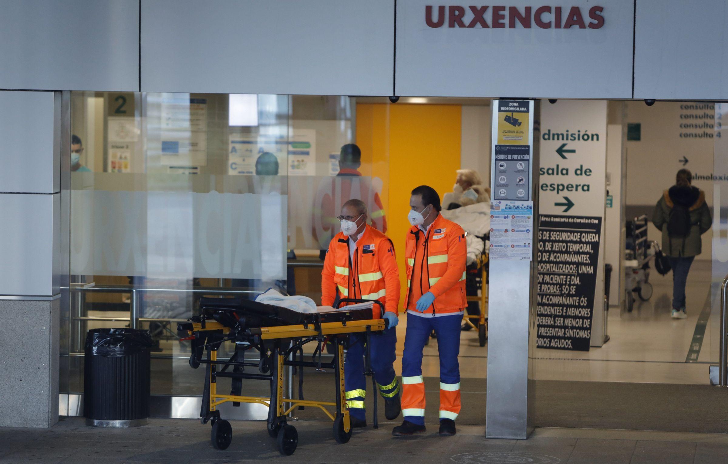 Feijoo explica las nuevas restricciones para Galicia.Entrada a Urgencias del Chuac