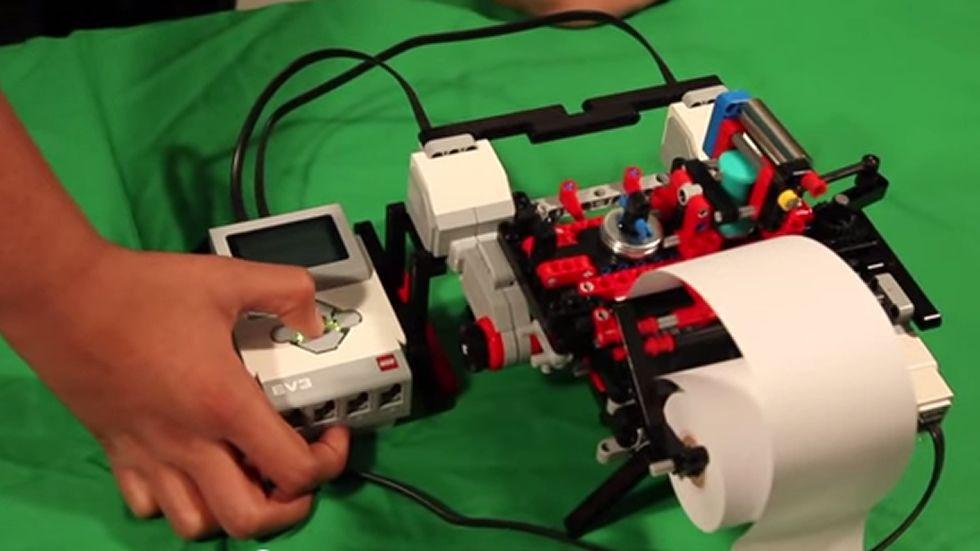 Una impresora de braille con piezas de Lego.