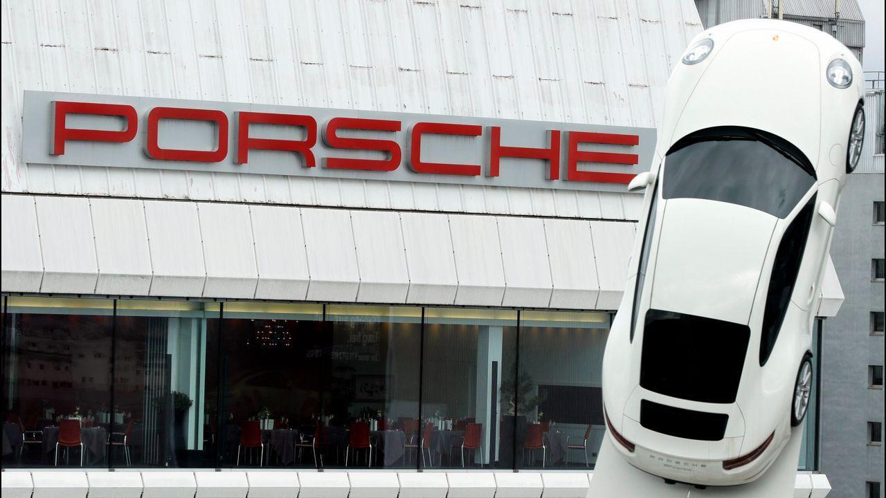 ¿Es una locura comprar un diésel hoy?.El gerente de Yáñez Coruña, Pedro Ignacio De María Castellanos, y la directora general de Volkswagen España, Laura Ros.