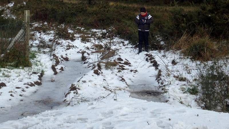 Nieve en las zonas altas de la montaña de A Coruña.Juan Lamas necesitó ayuda para pescar esta trucha de 1,6 kilos.